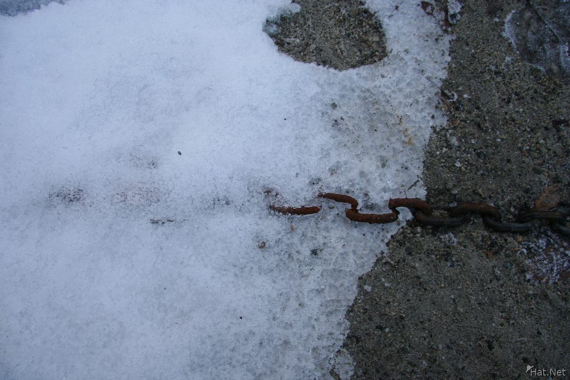 chain and snow
